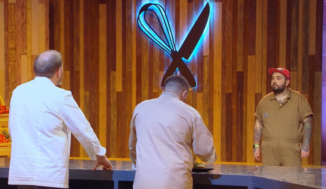 Кулинары пробуют солянку приготовленную Марио