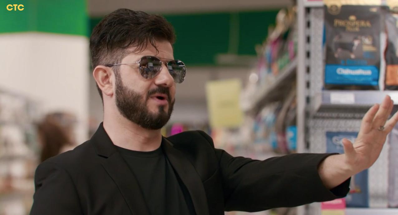 Михаил в роли охранника в зоомагазине