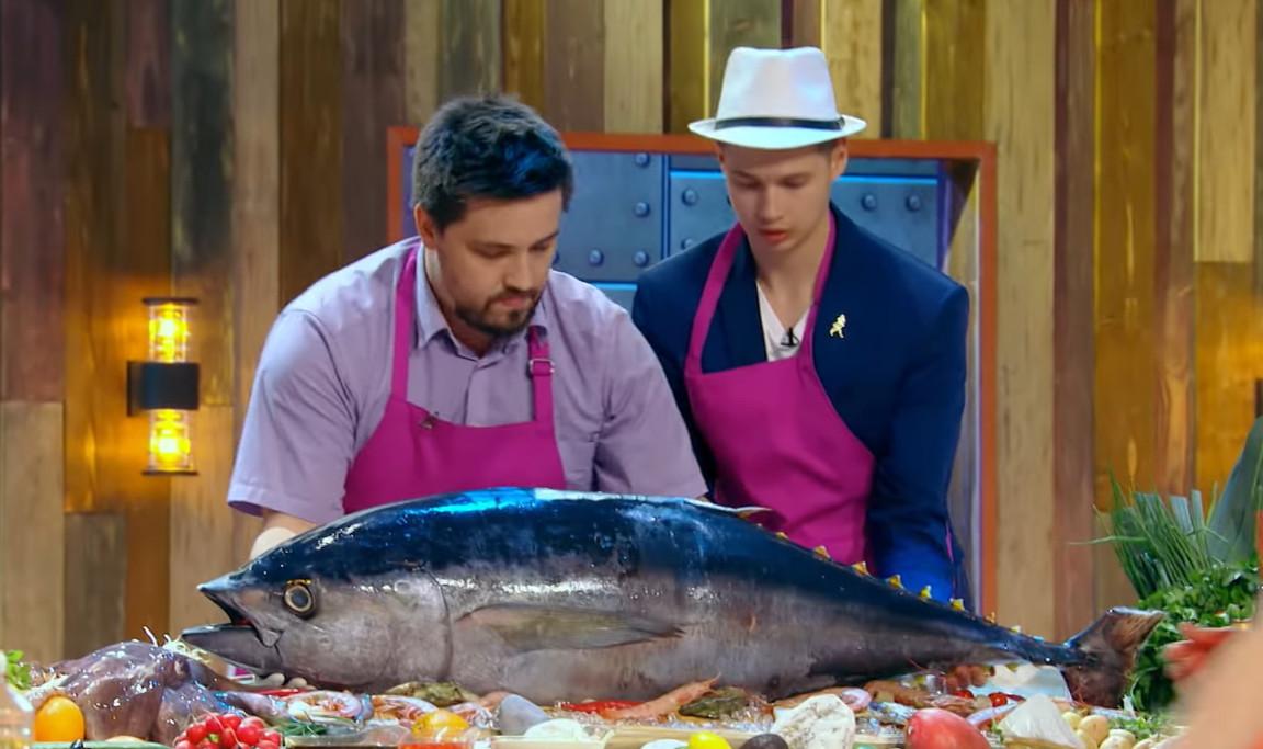Приготовления блюда из морепродуктов. Кадр из шоу Битва шефов