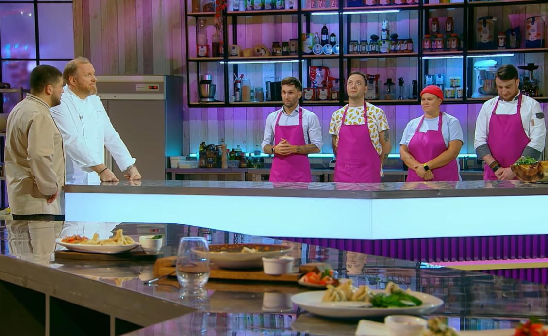 Участники готовятся к приготовлению блюда из угря