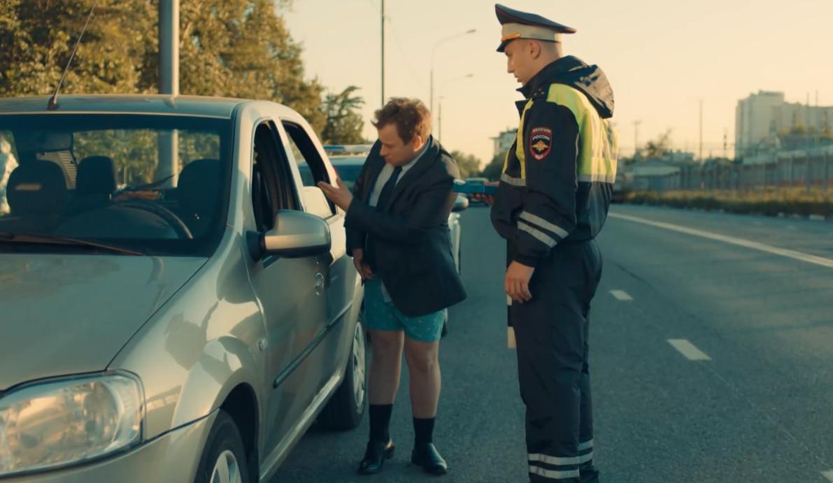 Водитель без штанов. Кадр из сериала СашаТаня